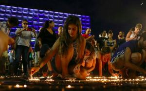 http://www.papaboys.org/in-3-000-a-tel-aviv-per-dire-basta-al-massacro-di-gaza-aderiscono-artisti-israeliani/